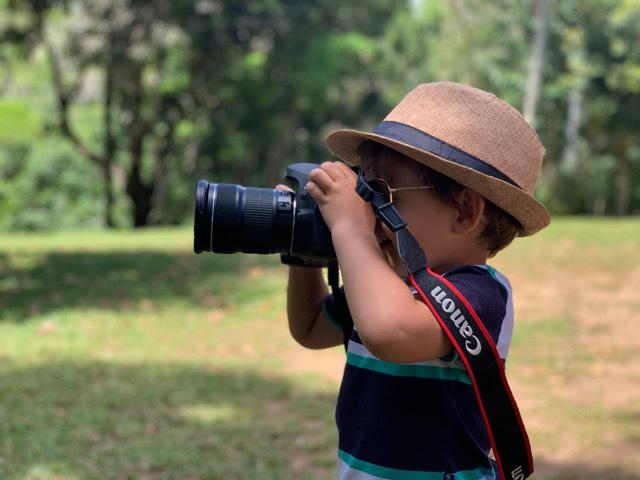 Itacaré com criança, Tiago fotografando
