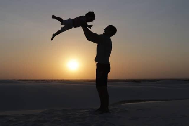 Papai jogando o Tiago, durante o pôr do sol